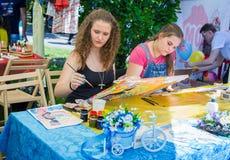 Het schilderen van workshop tijdens het festival van de liefdadigheidsfamilie Stock Foto's