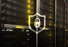 Het schildpictogram van de Cyberbescherming op de achtergrond van de serverruimte Informatiebeveiliging en virusopsporing stock afbeelding