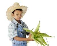 Het Schillen van de Jongen van het landbouwbedrijf stock foto