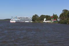 Het schip Alexander Green van de riviercruise bij de pijler in dorp Goritsy in Vologda-Gebied Royalty-vrije Stock Afbeeldingen