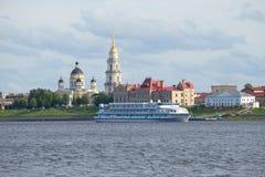 Het schip Alexander Green van de Rvercruise op de achtergrond van het historische centrum van de avond van Rybinsk juli Yaroslavl Royalty-vrije Stock Afbeeldingen