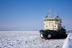 Het schip bij een meertros stock afbeeldingen