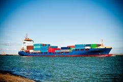 Het schip dat van de container in haven komt Stock Foto