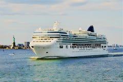 Het Schip dat van de cruise de Haven van New York verlaat Stock Foto's