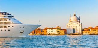 Het schip dat van de cruise het kanaal in van Venetië, Italië vaart Stock Foto