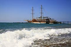 Het schip dat zich dichtbij landend stadium bevindt Stock Afbeeldingen