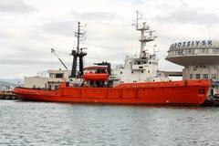 Het schip in de haven van Novorossiysk stock foto's