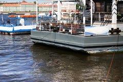 Het schip in de haven wacht op het landen stock foto's