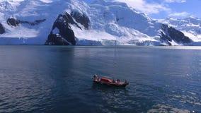 Het schip is in de wateren van de Antarctische Golf Andreev stock footage