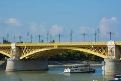Het schip die door de rivier van Donau, Margit gaan verborg, de brug van Margit in Boedapest Royalty-vrije Stock Afbeelding