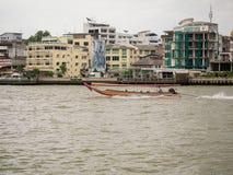 Het schip die passagiers over de rivier vervoeren bij de rivier Chao Phraya in Bangkok Royalty-vrije Stock Foto's