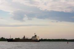 Het schip drijft op water, wolken, hemel stock afbeeldingen