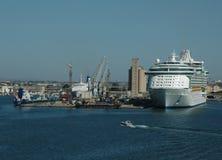 Het Schip en de Haven van de cruise royalty-vrije stock foto