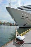 Het schip en de meerpaal van de cruisereis Stock Afbeeldingen