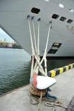 Het schip en de meerpaal van de cruisereis Stock Foto