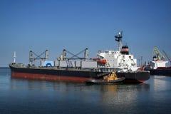 Het schip en de sleepboot royalty-vrije stock foto's