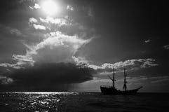 Het schip en de zon van Viking op zee stock afbeeldingen