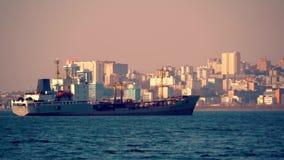 Het schip in haven van de stad stock footage