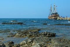 Het schip in het overzees onder de rotsen Royalty-vrije Stock Foto's