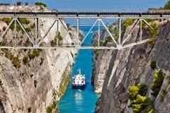 Het schip kruist het Corinth-Kanaal Stock Foto