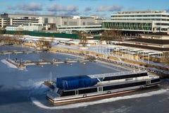 Het schip op de bevroren pijler op een Zonnige dag Stock Fotografie