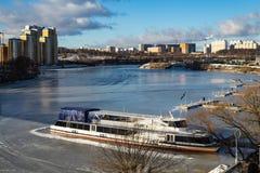 Het schip op de bevroren pijler op een Zonnige dag Stock Afbeeldingen