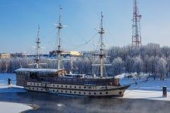 Het schip is op de rivier in de winter in Novgorod royalty-vrije stock foto