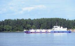 Het schip op de Volga rivier dichtbij Yaroslavl stock afbeeldingen