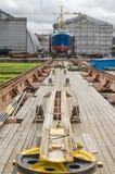 Het schip op de voorraden in de scheepswerf stock fotografie