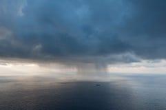 Het schip tegen het onweer. Stock Afbeelding
