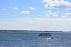 Het schip vaart de rivier op een warme de zomerdag stock foto's