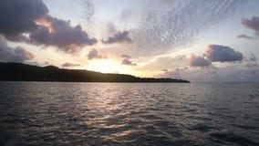Het schip vaart voorbij het eiland stock videobeelden