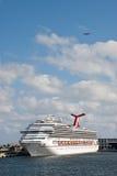 Het Schip van Cruse van de luxe bij Dok met Vliegtuig Lucht Royalty-vrije Stock Foto