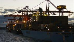 Het Schip van de container bij Zonsondergang