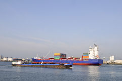 Het schip van de container in de haven van Rotterdam Stock Afbeelding