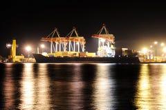 Het schip van de container in haven bij nacht Royalty-vrije Stock Afbeelding