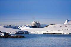 Het schip van de cruise in Antarctica Stock Afbeeldingen