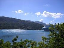 Het schip van de cruise bij anker Stock Afbeeldingen