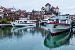 Het Schip van de cruise bij Annecy Kanaal, Frankrijk Stock Fotografie