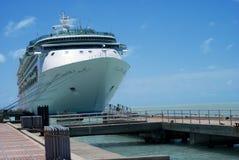 Het schip van de cruise bij baai 5 stock afbeeldingen