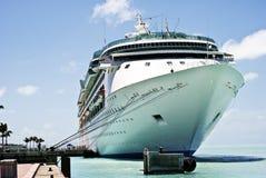 Cruiseschip bij baai 6 stock fotografie