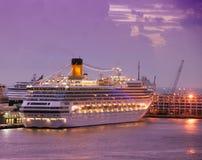 Het schip van de cruise bij dageraad Royalty-vrije Stock Fotografie