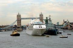 Het schip van de cruise bij de brug Londen van de Toren Stock Afbeeldingen