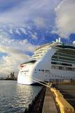 Het Schip van de cruise bij de Dokken Stock Foto's