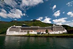 Het schip van de cruise bij haven Flåm & station Sognefjord/Sognefjorden, Noorwegen Stock Afbeeldingen