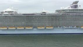 Het schip van de cruise bij nacht stock videobeelden