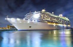 Het schip van de cruise bij nacht Royalty-vrije Stock Afbeeldingen