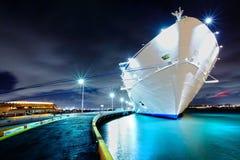 Het schip van de cruise bij nacht Royalty-vrije Stock Foto's