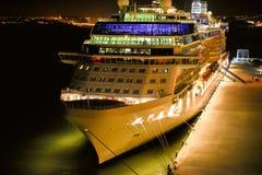 Het schip van de cruise bij nacht royalty-vrije stock afbeelding