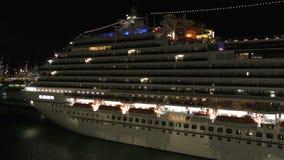 Het schip van de cruise bij nacht stock footage